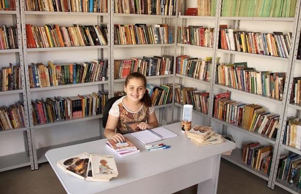 Kaciane em sua biblioteca de 4 mil livros