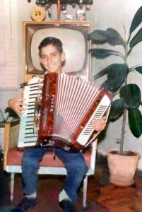 Paulo tocando sanfona perto de 1962.
