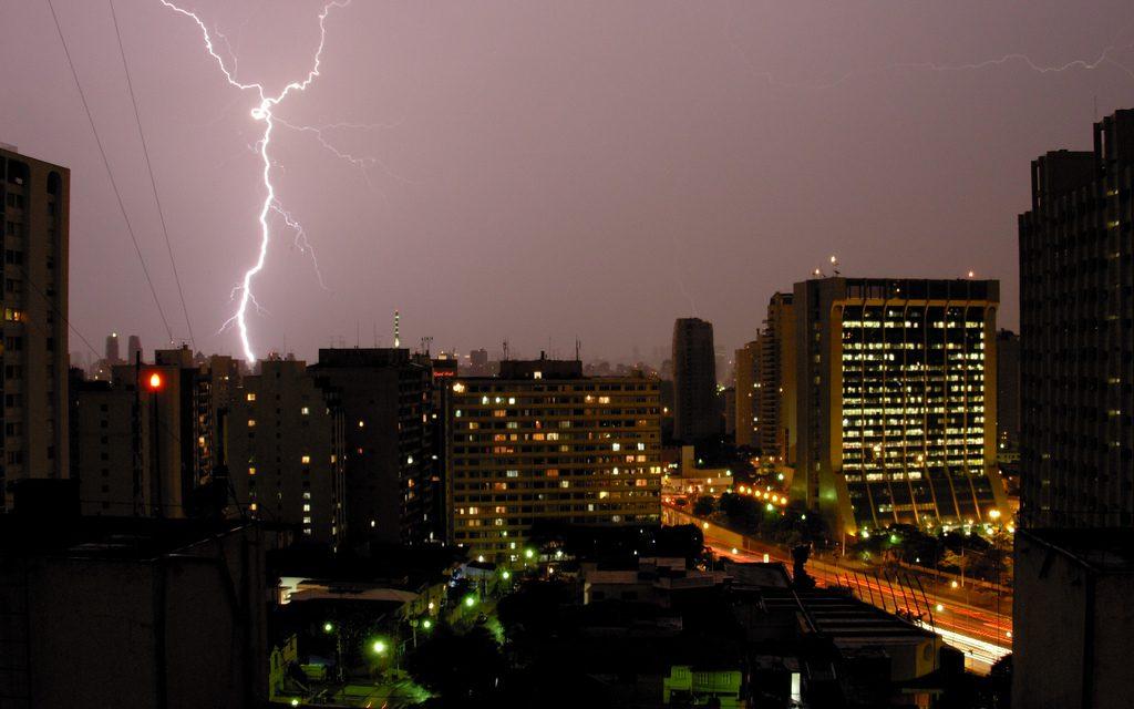 Tempestades de raios e de intolerâncias