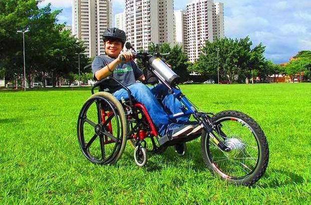 Pesquisador cria sistema que transforma cadeiras de rodas em triciclo elétrico motorizado