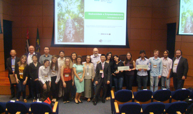 Integrantes dos cinco projetos finalistas e a equipe de avaliadores