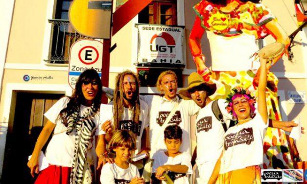 O grupo Poesia em trânsito espalha poemas por toda a parte em Salvador