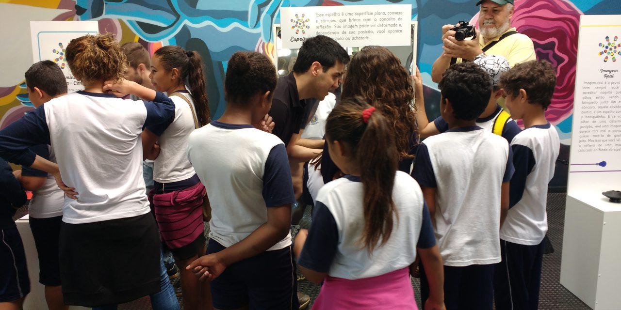 A exposição Jogos de Luz ainda não fora inaugurada e alunos de escola pública de Campinas já se concentravam no planetário  do MDCC