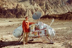 Sagan com a réplica da nave Voyager
