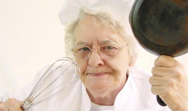 Fogão solar, assim D. Claudine para de cozinhar de um jeito estranho