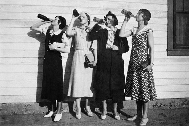 Dona Claudine propõe um brinde ao álcool, que faz bem ao coração