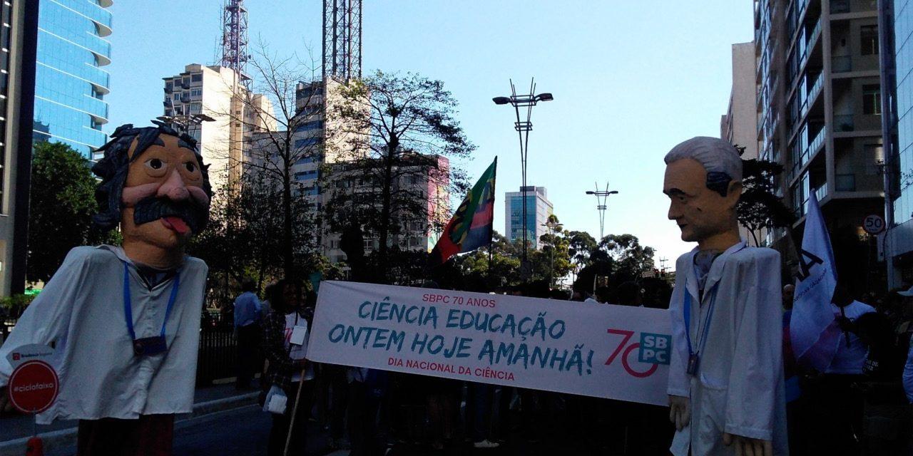 Dia Nacional da Ciência tem comemoração e protesto na Avenida Paulista